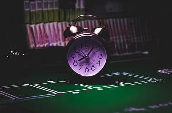 Eine Uhr auf einem Pokertisch.