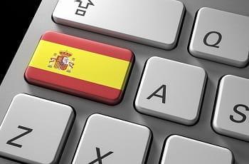 Eine spanische Flagge auf der Taste einer Computertastatur.