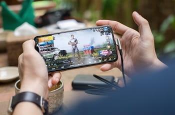 Ein Smartphone-Gamer wählt Ausrüstungsgegenstände für seine Spielfigur.