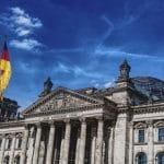 Eine deutsche Flagge vor dem Berliner Reichstag.