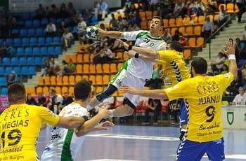 Handballspieler kämpfen um den Ball.