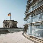 Eine deutsche Flagge auf dem Bundestag in Berlin.