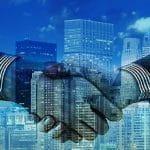 Ein Handshake besiegelt einen Geschäftsdeal.