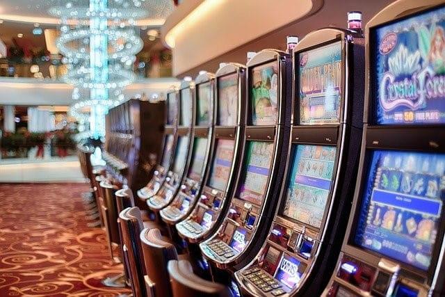 Mehrere Spielautomaten aufgereiht in einem Casino.