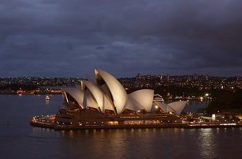 Das Opernhaus von Sydney bei Nacht.