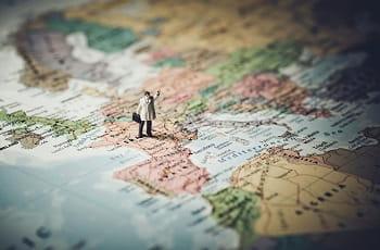 Eine Modellfigur posiert auf einer Europakarte.
