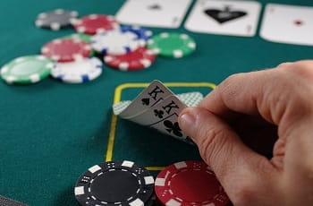 Zwei Könige werden beim Poker aufgedeckt.
