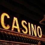 Das leuchtende Eingangsschild eines Casinos.