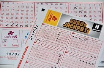 Ein Stapel ausgefüllter Lottoscheine.