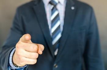 Ein Geschäftsmann mit erhobenem Zeigefinger.