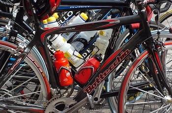 Rennräder stehen aufgereiht bei der Tour de France.