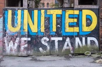 Ein Graffiti in Leeds zeigt den Schriftzug United We Stand.