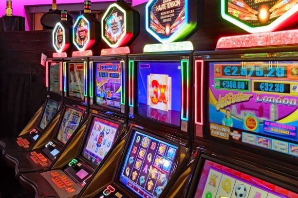 Eine Reihe Spielautomaten in einem Casino.
