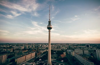 Der Berliner Fernsehturm unter blauem Himmel.