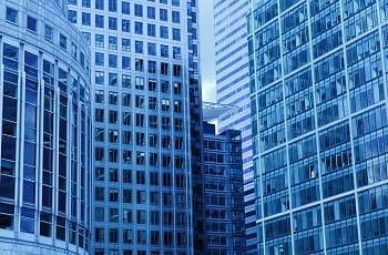 Die Außenfassade eines Gebäudekomplexes.