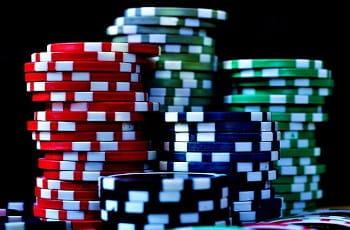 Gestapelte Pokerchips in rot, blau und grün.