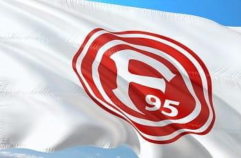 Eine Flagge von Fortuna Düsseldorf im Wind.