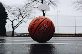 Ein NBA-Basketball liegt auf einem Spielfeld.