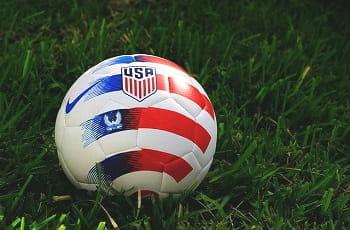 Ein Fußball mit einem USA-Logo.