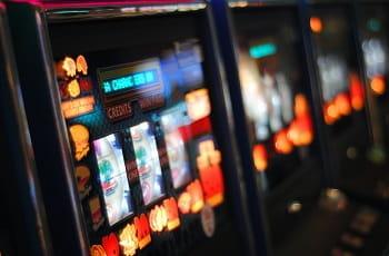 Leuchtende Spielautomaten-Displays in einem Casino.