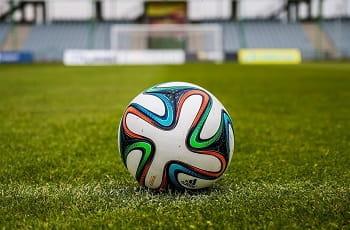 Ein Fußball auf einem Spielfeld.