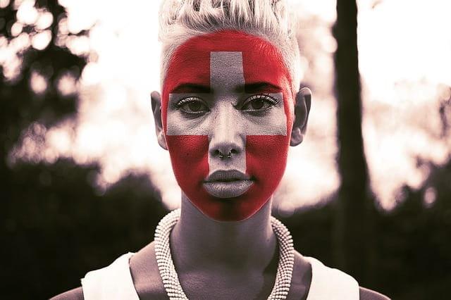 Gesicht mit der Schweizer Fahne bemalt.