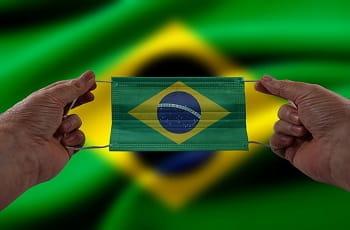 Eine brasilianische Flagge als Nasen-Mundschutz.