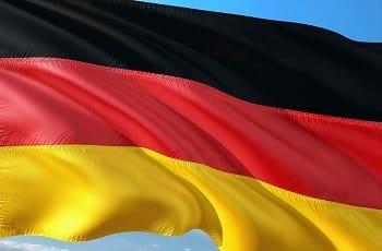 Eine deutsche Nationalflagge im Wind.