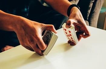Ein Pokerspieler mischt Spielkarten.