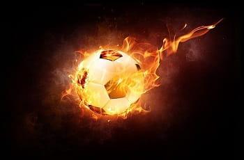 Ein brennender Fußball.