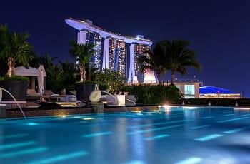 Das Marina Bay Sands in Singapur bei Nacht.