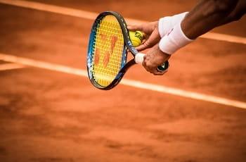 Ein Tennisspieler beim Aufschlag.