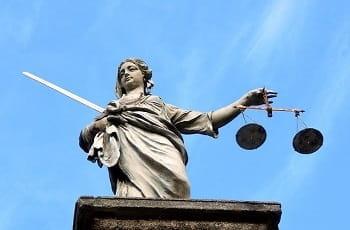 Eine Statue der Justitia mit Waage und Schwert.