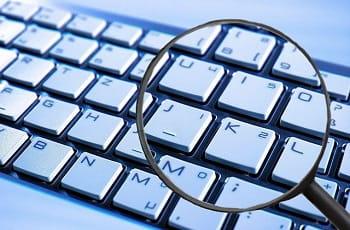 Eine Laptoptastatur unter einer Lupe.