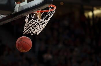 Ein Basketball fliegt durch den Korb.