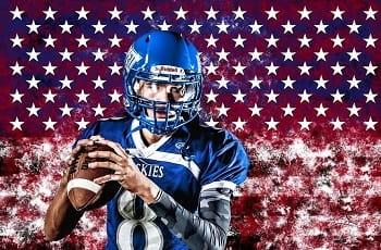 Ein Footballspieler vor einer US-Flagge.