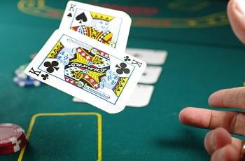 Ein Pokerspieler deckt zwei Könige auf.