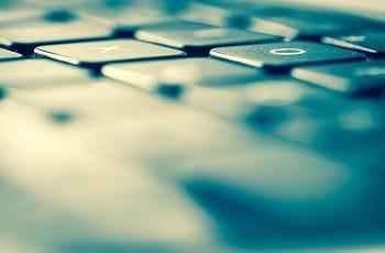 Die Tasten O und K einer Laptoptastatur.