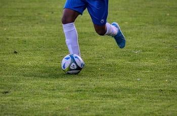 Ein Jugendfußballspieler beim Dribbling.
