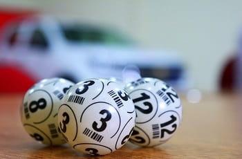 Drei Lottobälle auf einem Tisch.