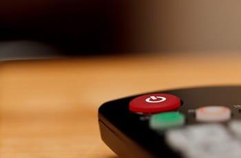 Eine TV-Fernbedienung auf einer Tischfläche.
