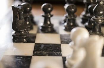 Schachfiguren stehen sich gegenüber.