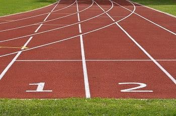 Die Tartanbahn einer Leichtathletikanlage.