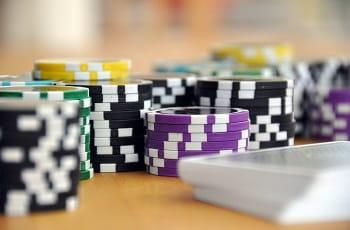 Pokerchips und Spielkarten.
