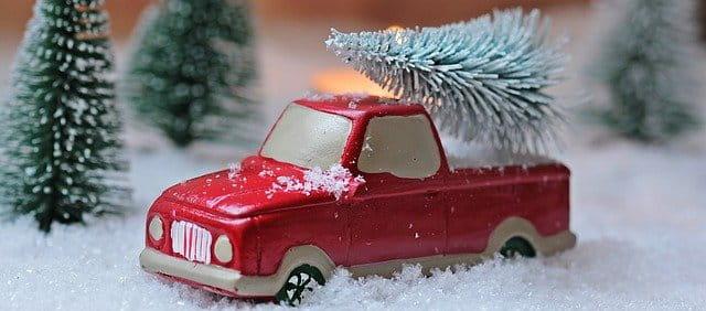 Auto mit Tannenbaum zur Weihnachten.