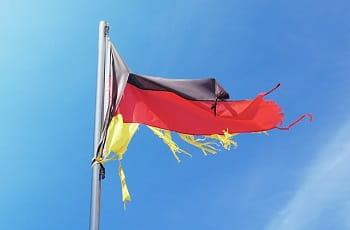 Eine zerrissene deutsche Flagge im Wind.