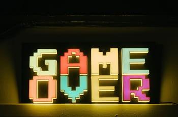 Eine Leuchtreklame zeigt den Schriftzug Game Over.