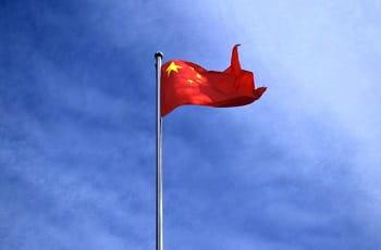 Eine chinesische Flagge im Wind.