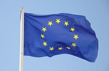 Eine EU-Flagge im Wind.
