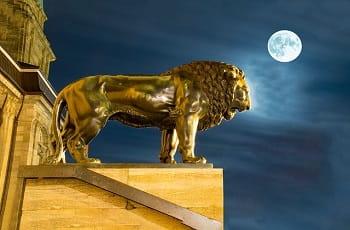 Ein goldener Löwe am Landesmuseum Darmstadt.